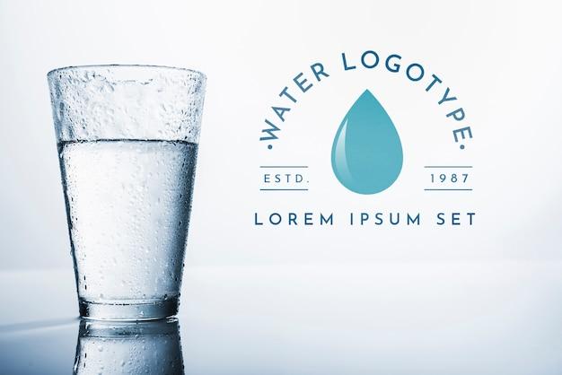 Maquete de logotipo de água na copyspace