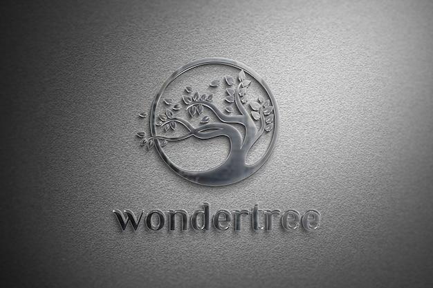 Maquete de logotipo de alumínio em uma textura de parede branca