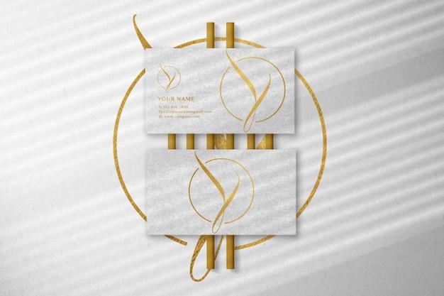 Maquete de logotipo de cartão de visita branco de luxo com efeito de relevo e relevo