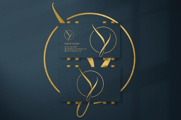 Maquete de logotipo de cartão de visita verde de luxo com efeito de relevo e relevo
