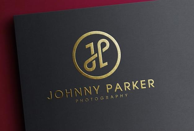 Maquete de logotipo de folha de ouro de luxo em papel preto