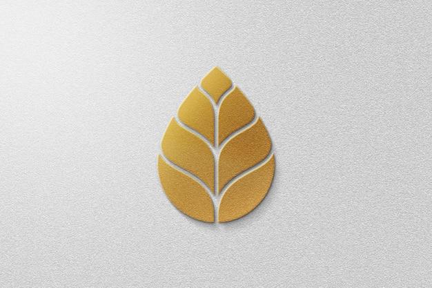 Maquete de logotipo de folha dourada com papel branco