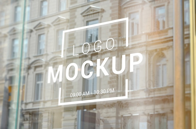 Maquete de logotipo de janela de loja de cidade. reflexão de edifícios da cidade em vidro