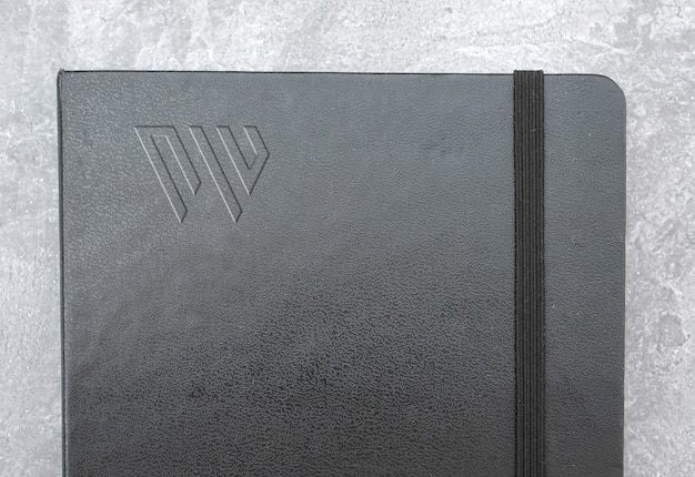 Maquete de logotipo de livro de couro escuro