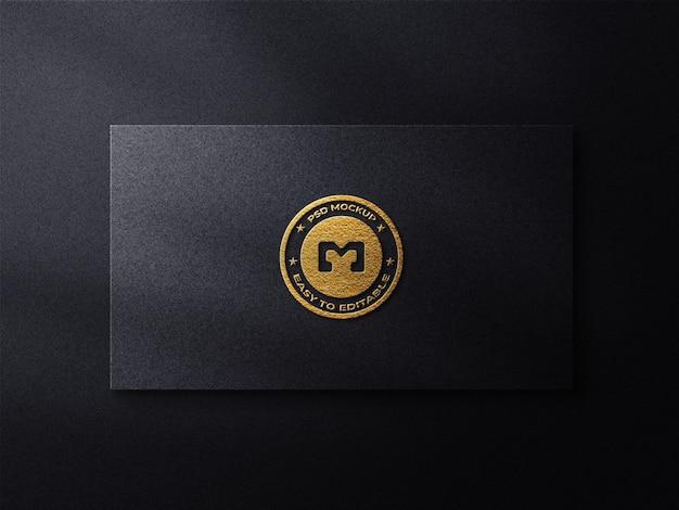 Maquete de logotipo de luxo em cartão preto e fundo escuro