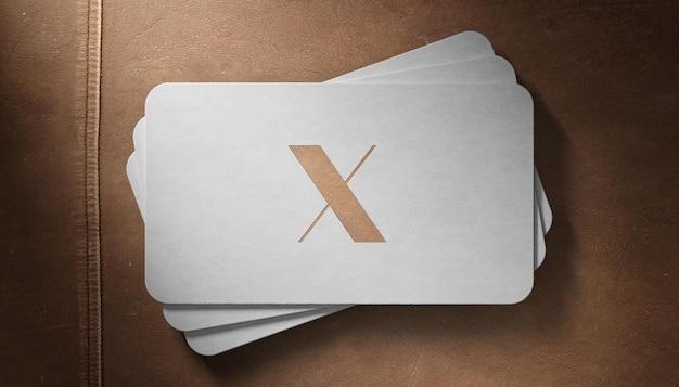 Maquete de logotipo de luxo em couro marrom de cartão de visita branco