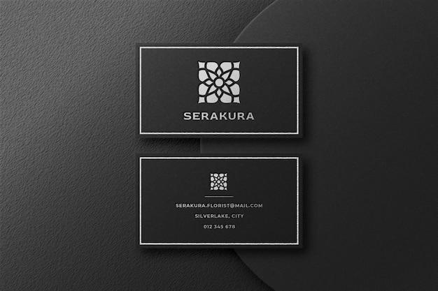 Maquete de logotipo de luxo em prata em cartão de visita