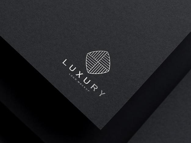 Maquete de logotipo de luxo em relevo prata realista
