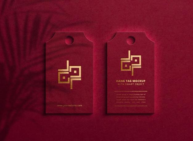 Maquete de logotipo de luxo no escuro pendurar tag