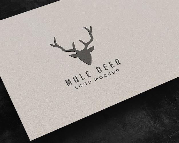 Maquete de logotipo de papel pressionado flutuante