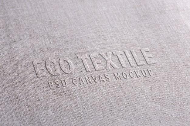 Maquete de logotipo de tecido em pano de linho branco. superfície natural com estilo de texto deslocado