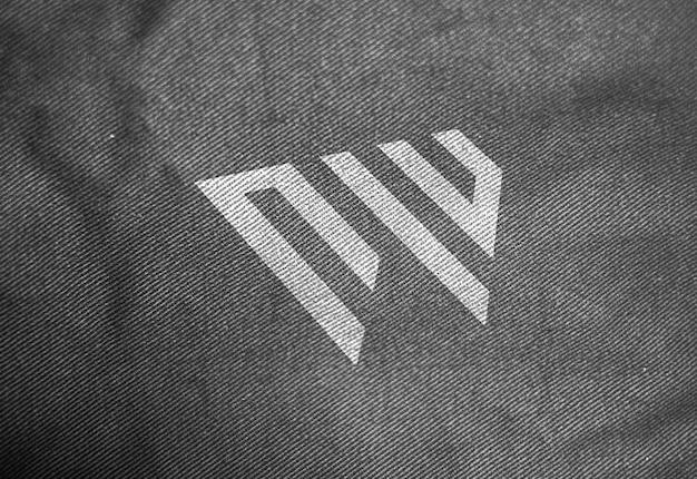 Maquete de logotipo de textura de tecido escuro