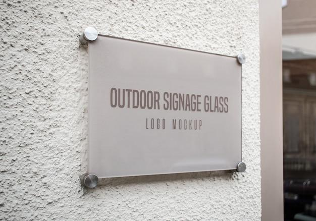 Maquete de logotipo de vidro de sinalização ao ar livre