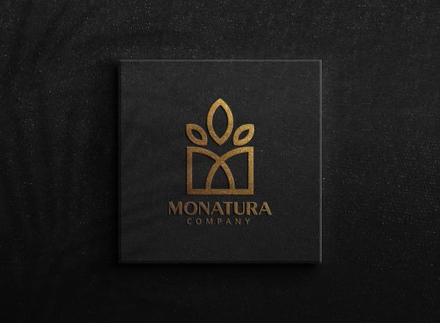 Maquete de logotipo dourado de luxo em uma caixa