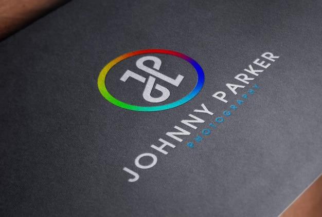 Maquete de logotipo em cores em cartão de papel preto