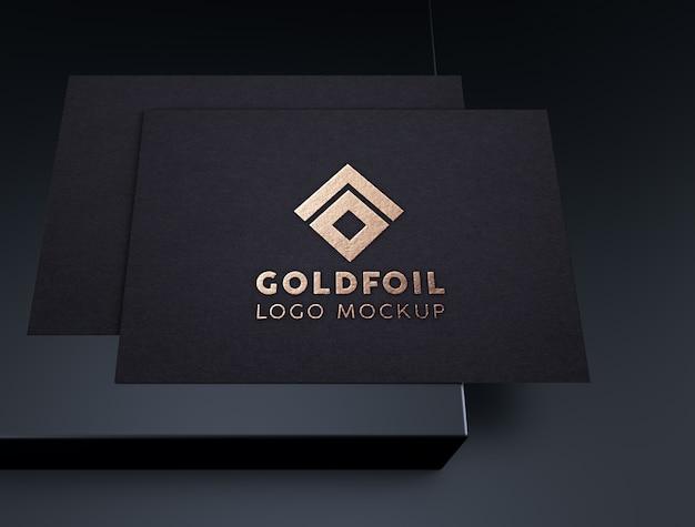 Maquete de logotipo em folha de ouro elegante e luxo em papel preto