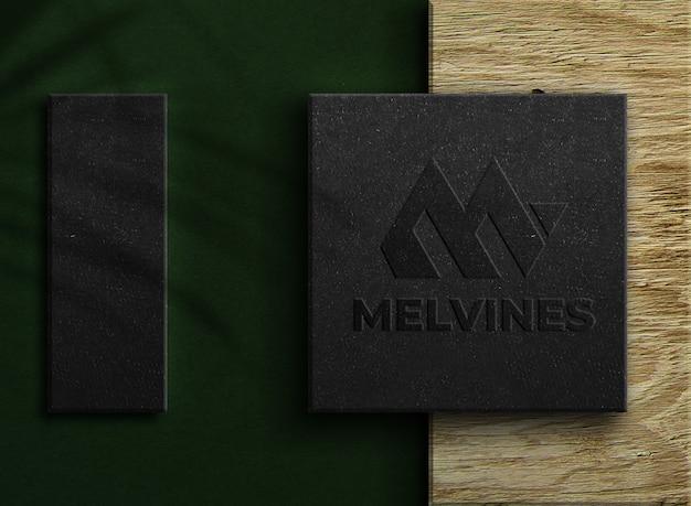 Maquete de logotipo em relevo de luxo em uma caixa