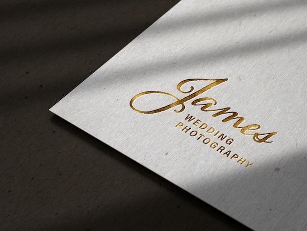 Maquete de logotipo em relevo de luxo na textura de papel preto