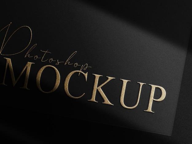 Maquete de logotipo em relevo dourado de luxo e cartão preto