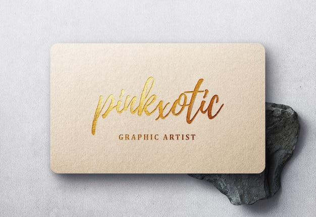Maquete de logotipo em relevo dourado no cartão de visita