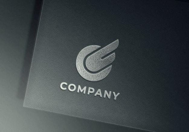 Maquete de logotipo em relevo prata em papel texturizado cinza