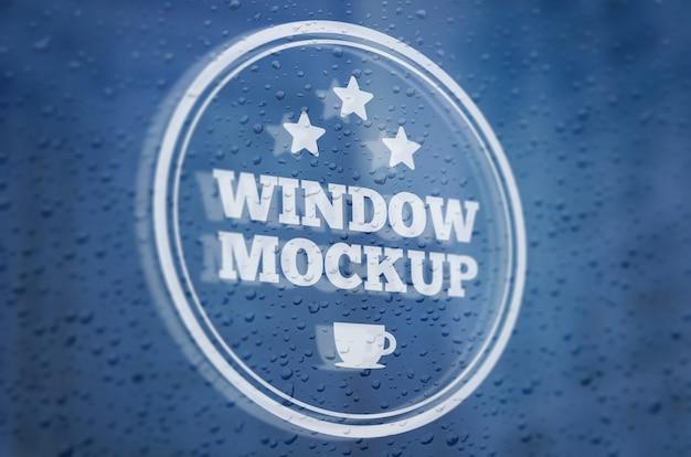 Maquete de logotipo em uma janela chuvosa