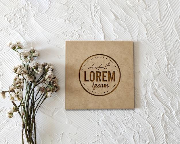 Maquete de logotipo gravado em madeira vintage retrô