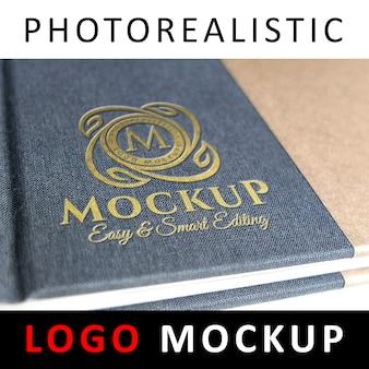 Maquete de logotipo - logotipo dourado debossed na capa do livro