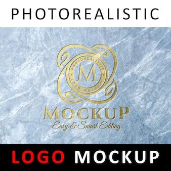 Maquete de logotipo - logotipo dourado debossed no papel de design de mármore