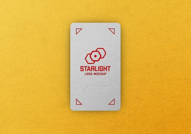 Maquete de logotipo na parte de trás de um cartão de visita