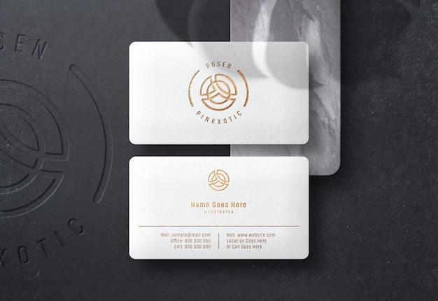 Maquete de logotipo no cartão de visita com efeito de impressão de ouro pressionado