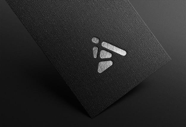 Maquete de logotipo no cartão preto