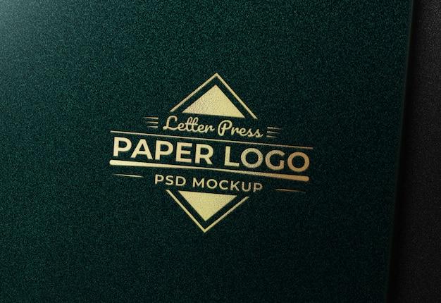Maquete de logotipo ouro em papel verde textura