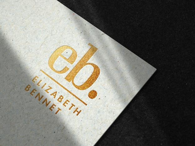 Maquete de logotipo ouro luxo em papel reciclado