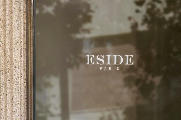 Maquete de logotipo para janela de luxo para parede de pedra