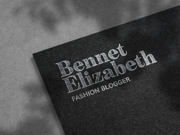 Maquete de logotipo prata luxo na textura de papel preto