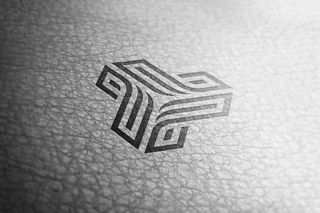 Maquete de logotipo preto em textura de pele