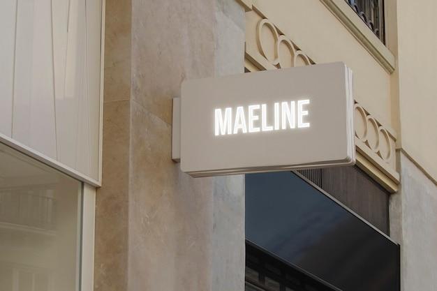 Maquete de logotipo preto pendurado em sinal luminoso