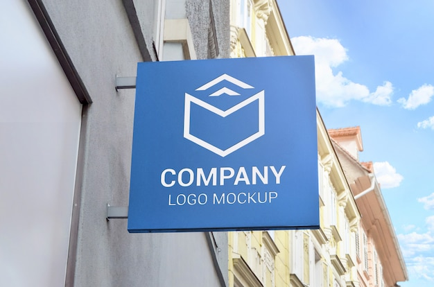 Maquete de logotipo sinal quadrado na parede da loja.
