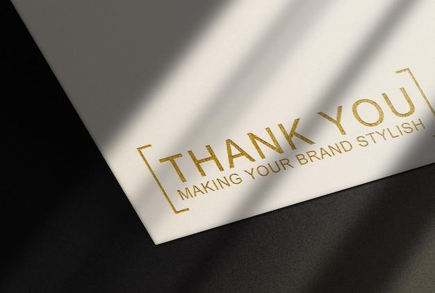 Maquete de luxo com relevo dourado e fundo preto