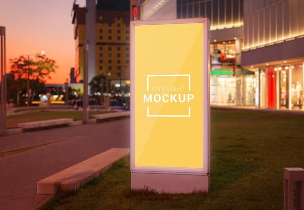 Maquete de luz vertical da cidade na rua da cidade