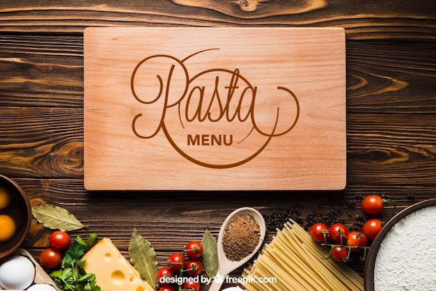 Maquete de macarrão com placa de madeira