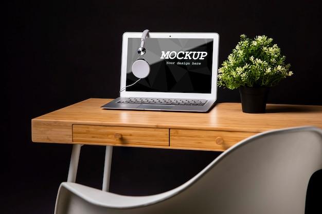 Maquete de macbook com fones de ouvido