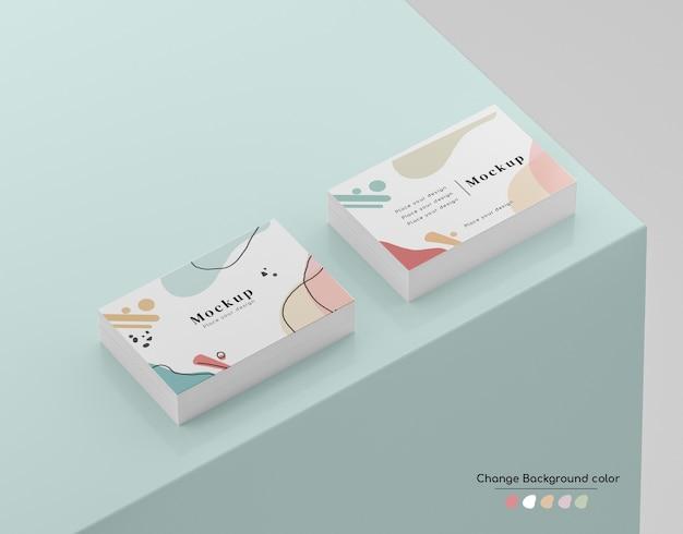 Maquete de maço de cartão de visita mínima isométrica em um canto da plataforma.
