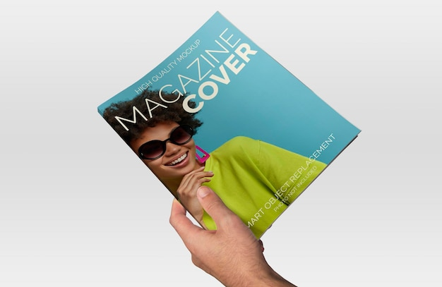 Maquete de mão segurando uma revista sobre um fundo claro