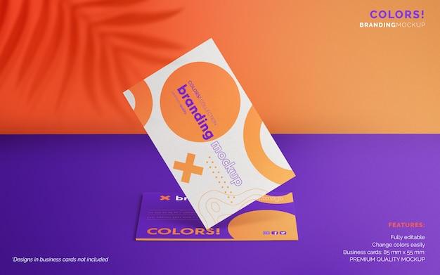 Maquete de marca colorida com cartões de visita