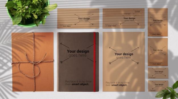 Maquete de marca de papelaria com modelo com sombras de folhas suaves e especiarias