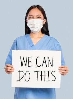 Maquete de médico feminino psd mostrando uma placa de sinalização com texto