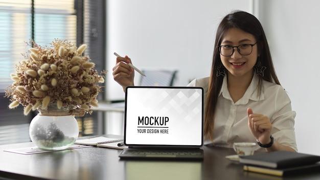 Maquete de mesa de computador com tablet digital