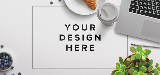 Maquete de mesa de escritório com laptop e café